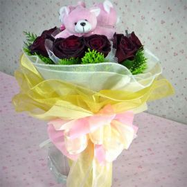 9 Black Roses with 3 small Bears in the center Handbouquet