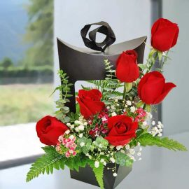 Hand Carry 6 Red Roses Arrange in Creative Gift Box